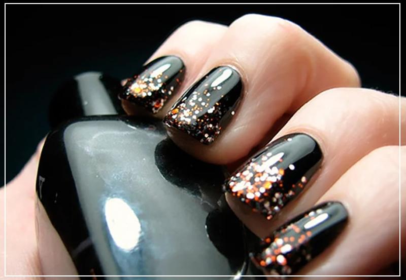Черный маникюр с золотыми и серебристыми блестками