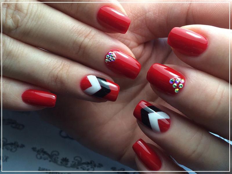 Повседневный маникюр с модным красным лаком на квадратные ногти