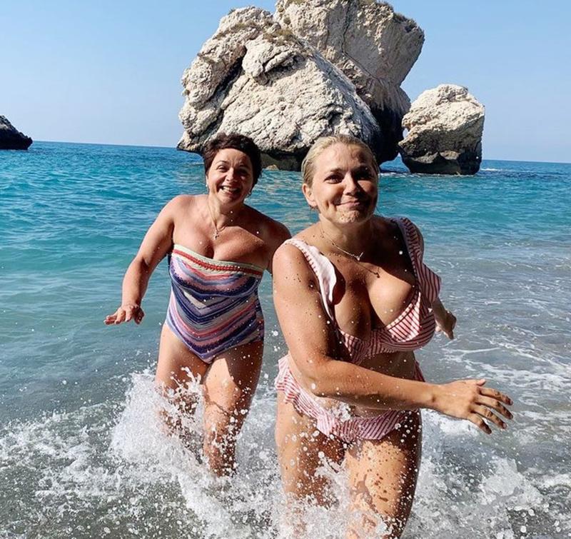 Ирина Пегова бежит в купальнике
