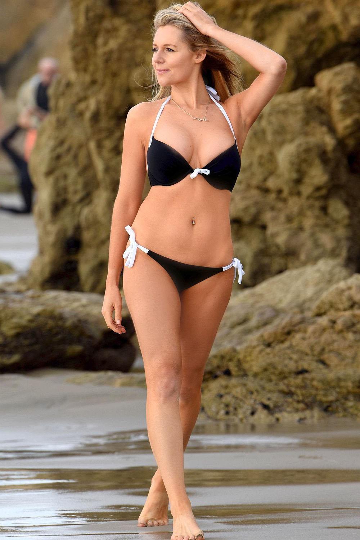 Эби Титмусс (Abigail Titmuss) на пляже Малибу снялась в купальнике