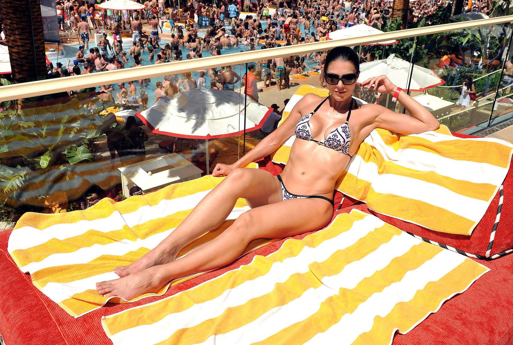 Адрианна Карри в купальнике в пляжном клубе Encore в Лас-Вегасе