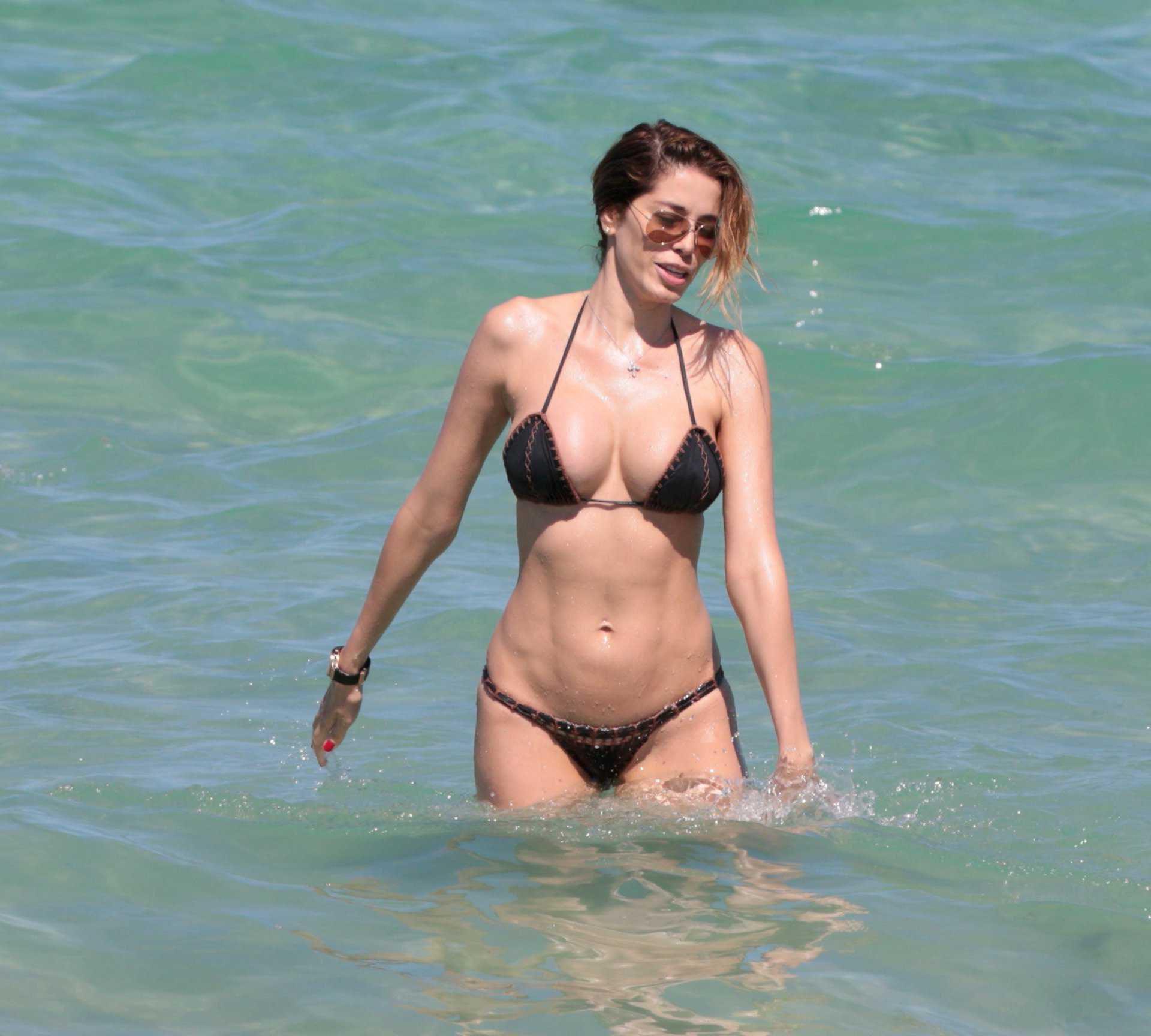 Айда Йеспица фото сессия в купальнике на пляже в Майами