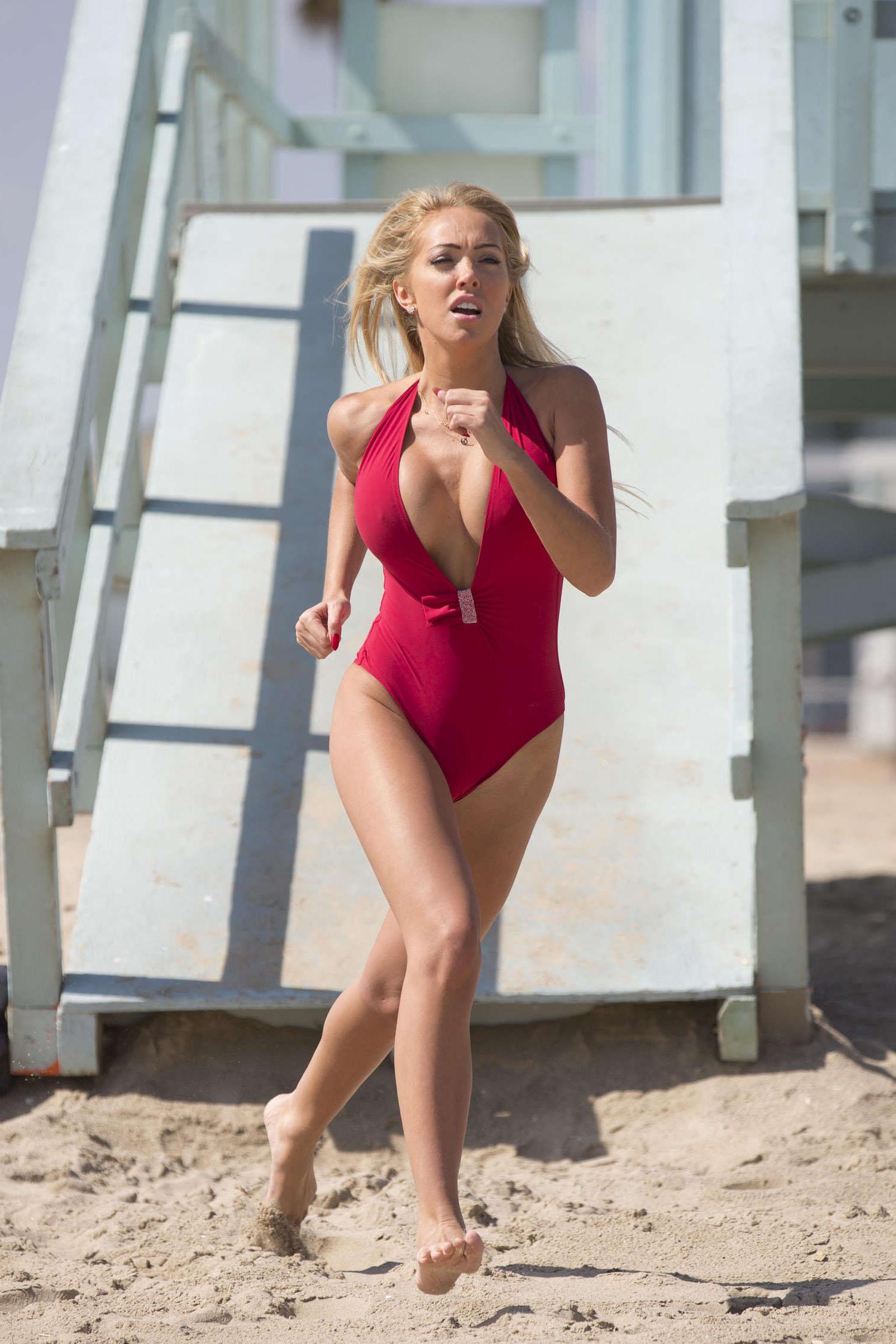 Эйслейн Хорган-Уоллас в купальнике на пляже в Лос-Анджелесе