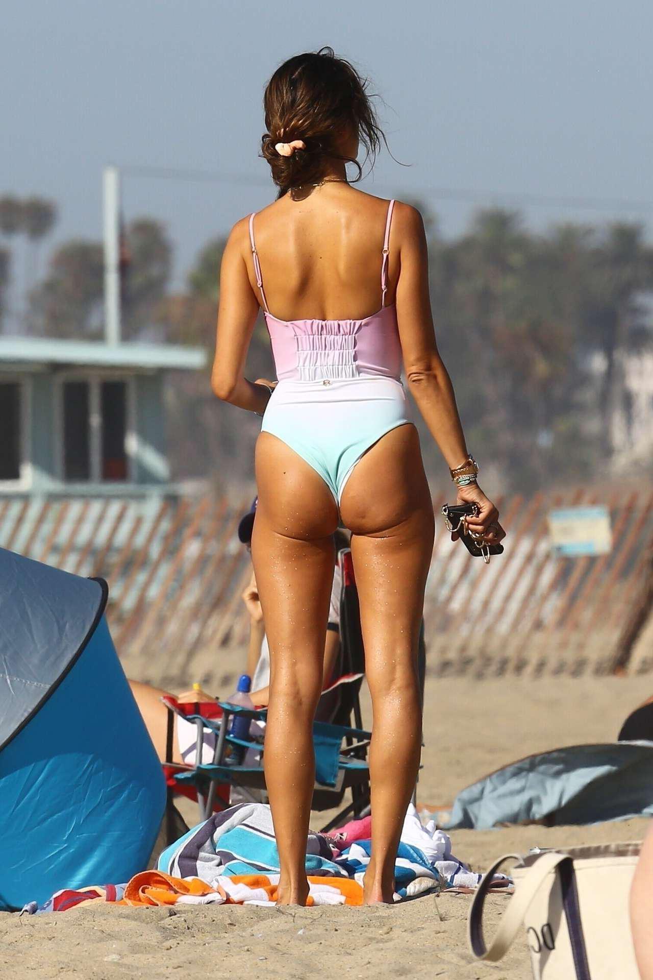 Алессандра Амбросио на пляже в Санта-Монике