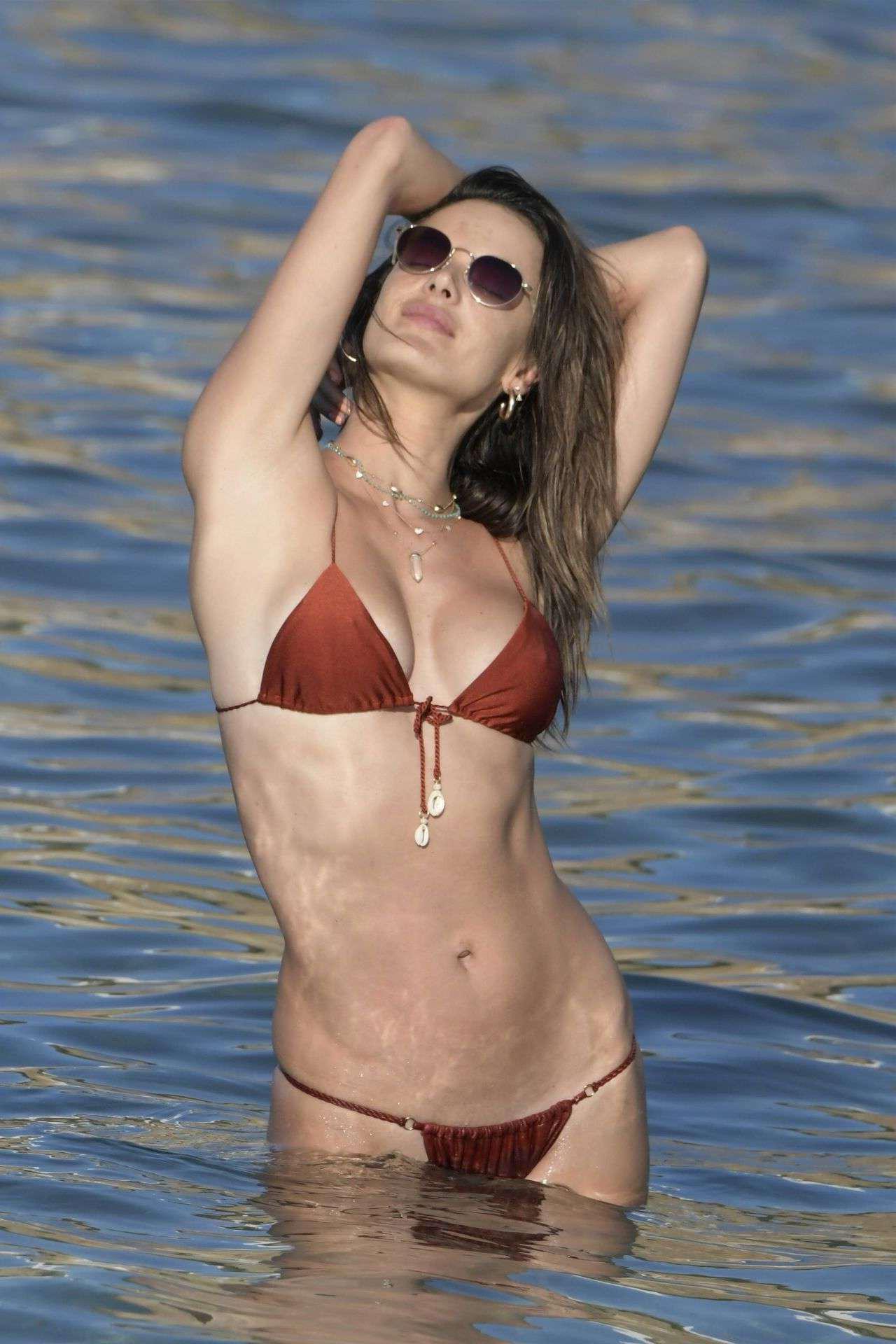 Алессандра Амброзио фото в купальнике на пляже в Миконосе