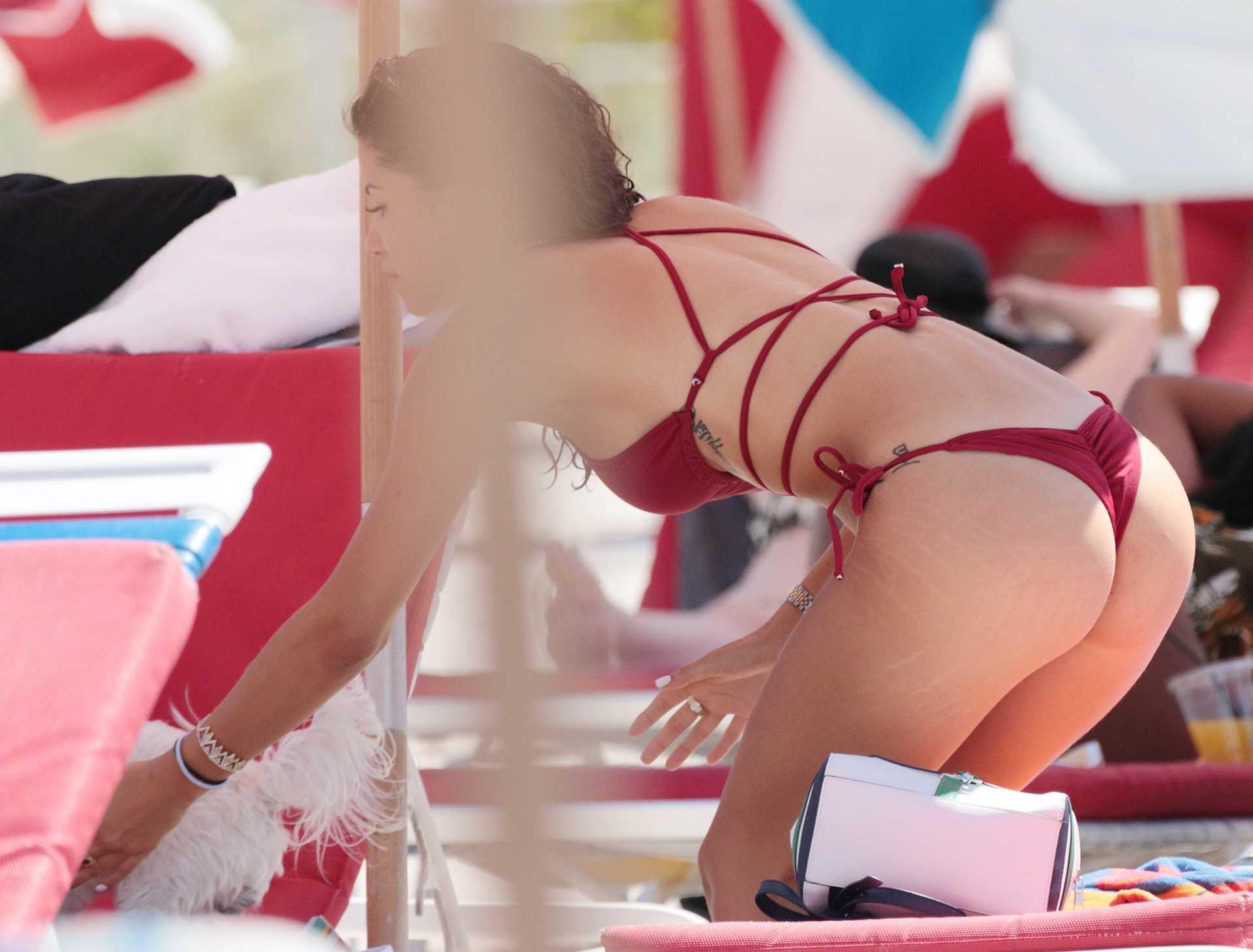 Александра Родригес в купальнике на пляже в Майами