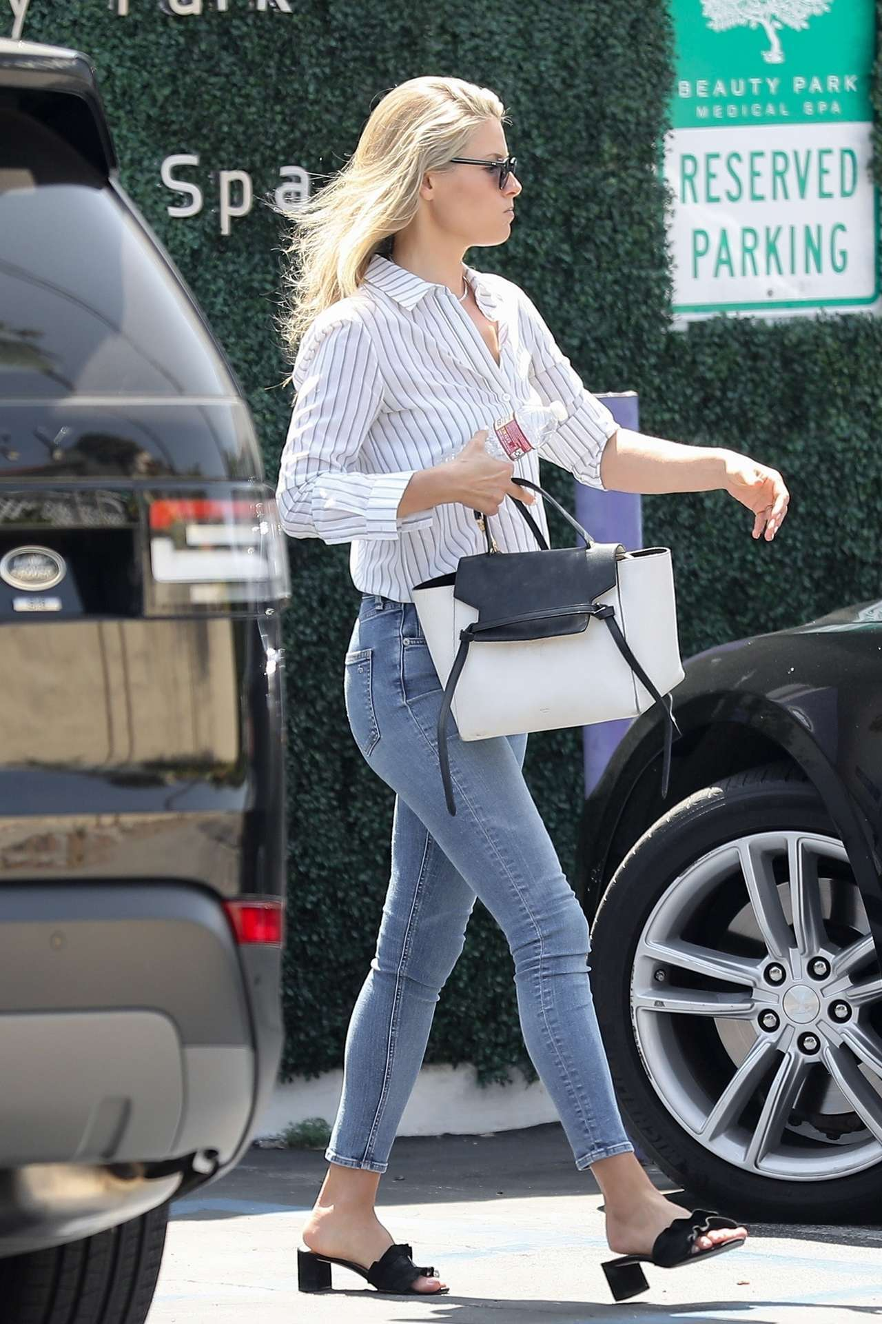 Али Лартер в джинсах, в Санта-Монике