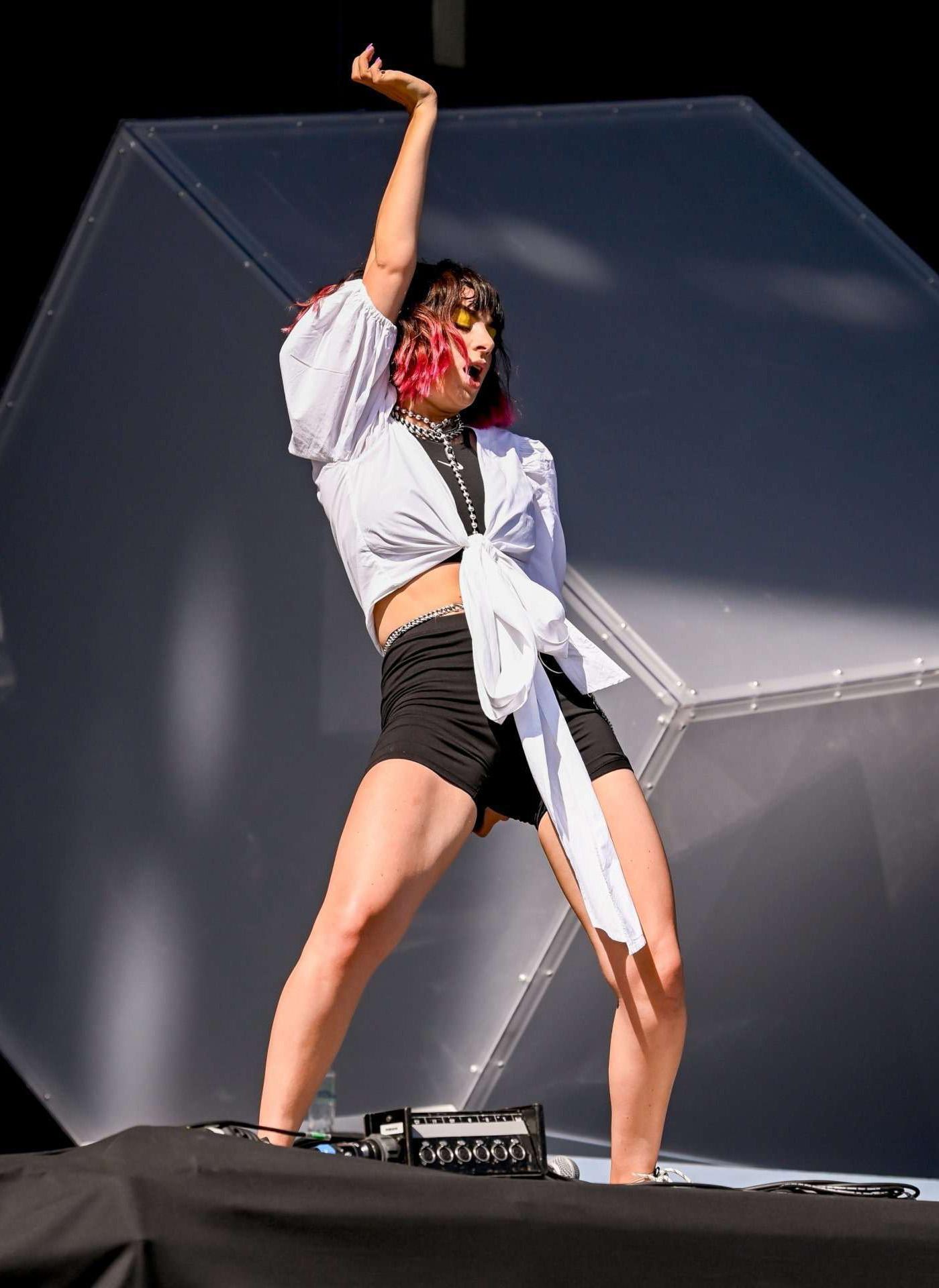 Шарлотта Эмма Эйтчисон на сцене рок фестиваля