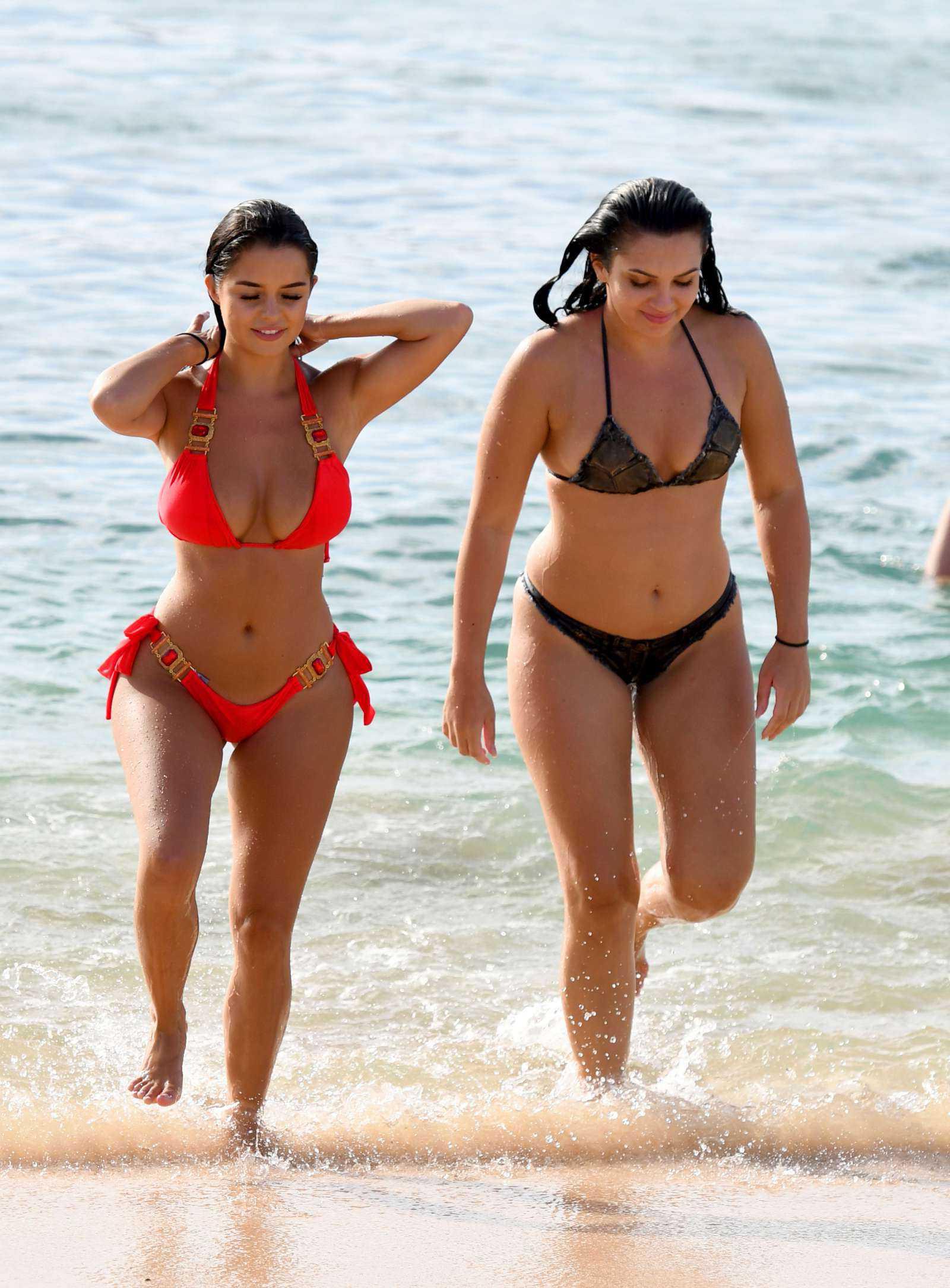 Деми Роуз и Александра Луиза Кейн в купальниках на пляже в Кабо-Верде