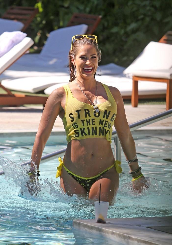 Дженнифер Николь фото сессия у бассейна в Майами