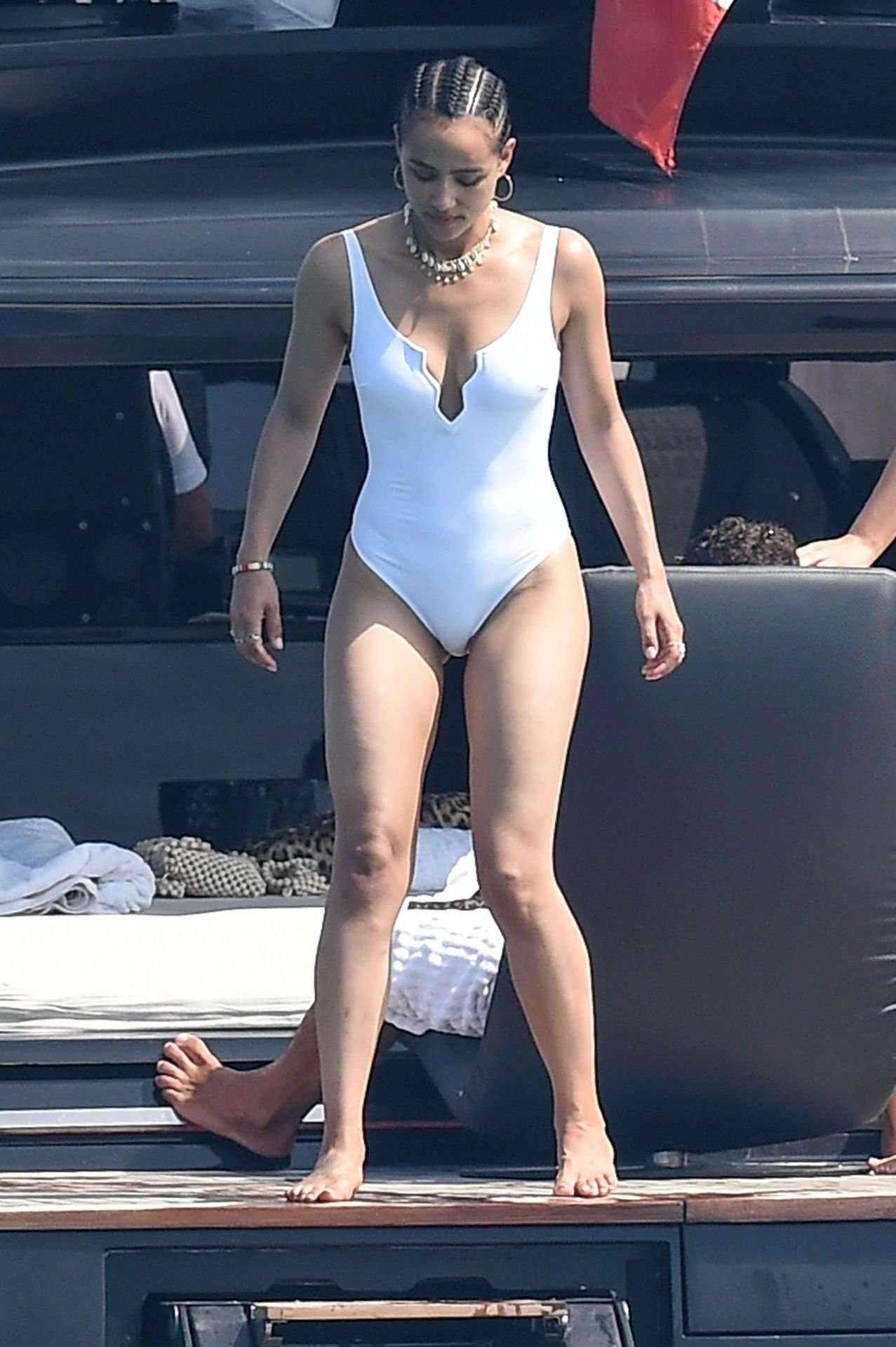 Натали Эммануэль фото в белом купальнике