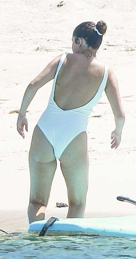 Селена Гомес в белом купальнике