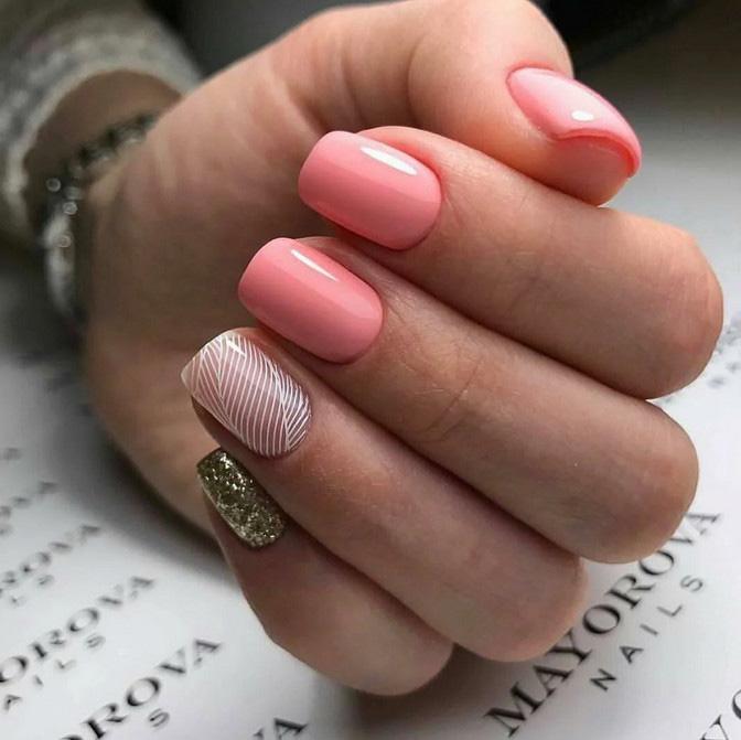 Розовый маникюр с акцентом на безымянном пальце и глитером