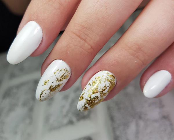 Белый маникюр с золотом