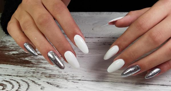 Белый с серебристым маникюр