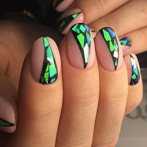 Модный стеклянный маникюр для овальной форме ногтей