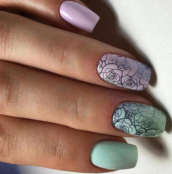 Серебристые розы на ногтях