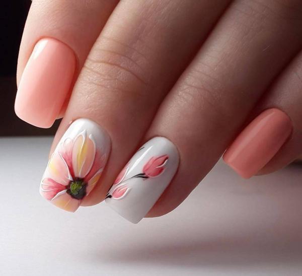 Сочные цветы в маникюре