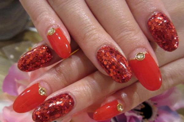 маникюр красного цвета на овальных ногтях с блестяшками