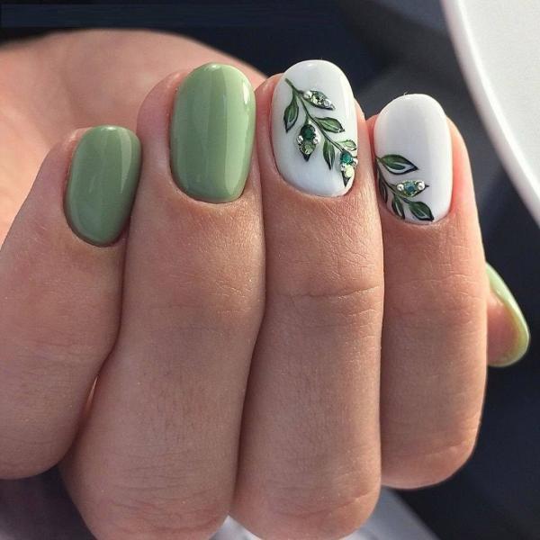 Белый с зеленым маникюр