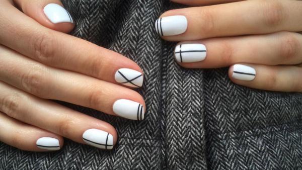 Белый с линиями маникюр