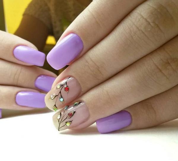 Веточки из цветных страз на ногтях