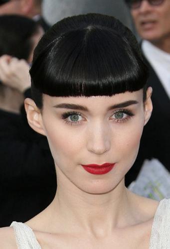 Классический голливудский макияж для зелёных глаз с акцентом на красные матовые губы