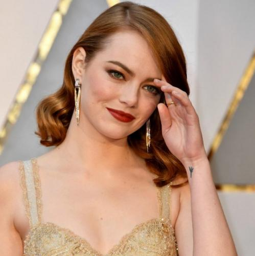 Коричнево-золотой макияж для глаз и красные губы.