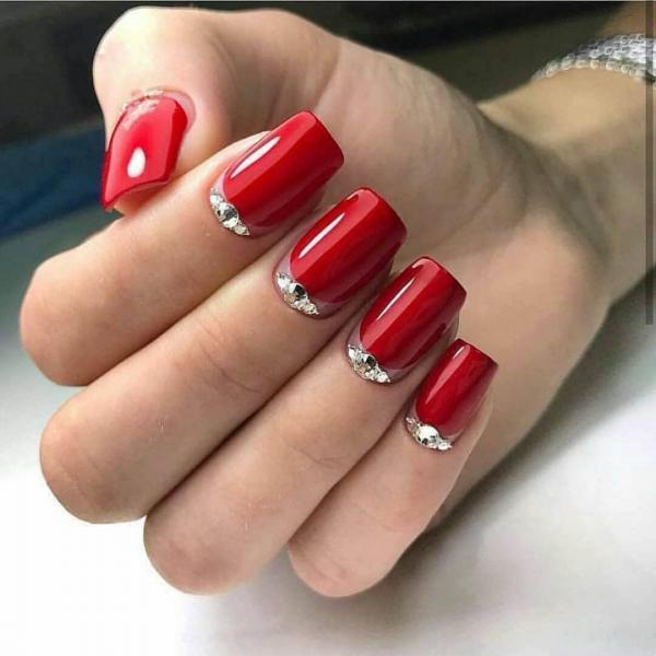 Красный маникюр с серебром