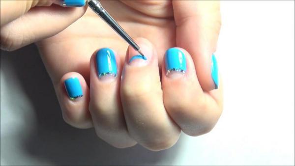 Лунный маникюр на коротких ногтях 13
