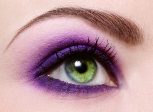 Макияж для зеленых глаз в ярко-сиреневых тонах