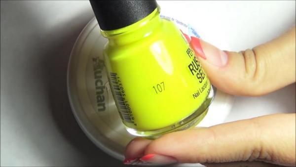 Фотографии дизайна ногтей для самостоятельного нанесения маникюра гель лаком с рисунком в виде цветов Ромашки.