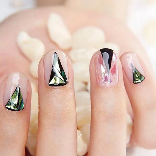Модный стеклянный маникюр в форме треугольника