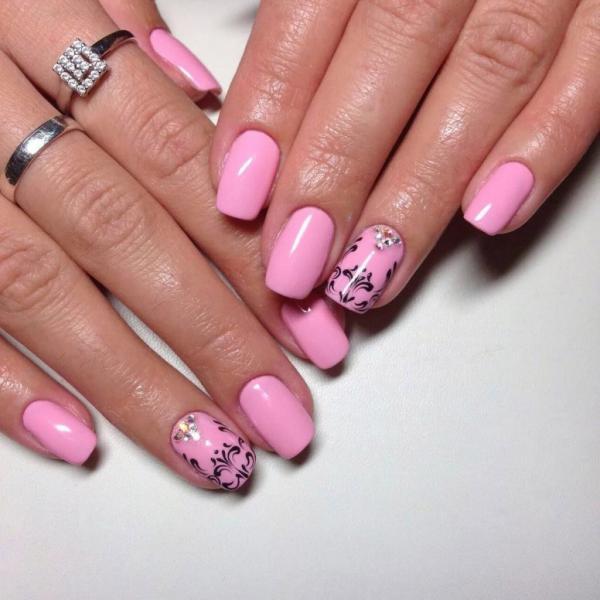 Розовый маникюр с узором