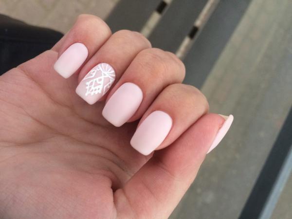 Розовый ньюдовый маникюр