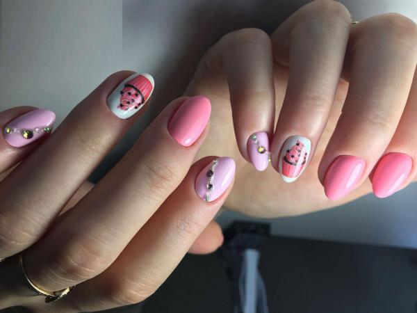 Розовый с рисунком маникюр