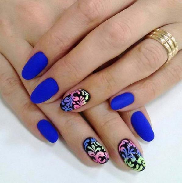Сине-черный маникюр с разноцветными узорами