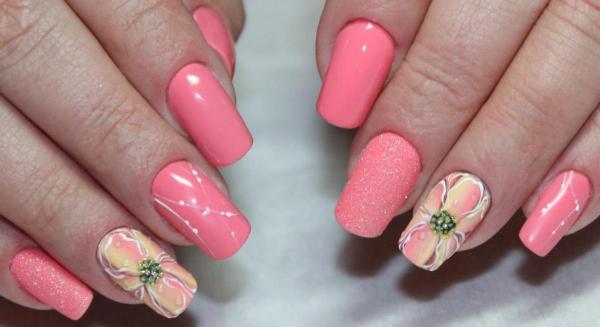 С цветком розовый маникюр