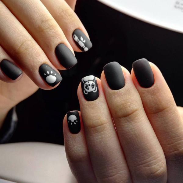 Черный маникюр с животным