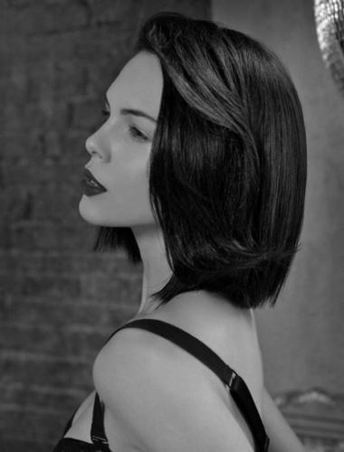 Яркая брюнетка и красиво уложенные волосы