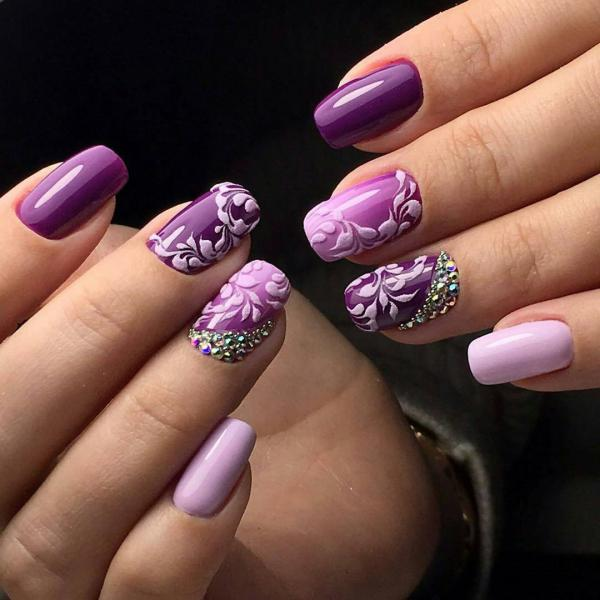 Яркий фиолетовый в маникюре