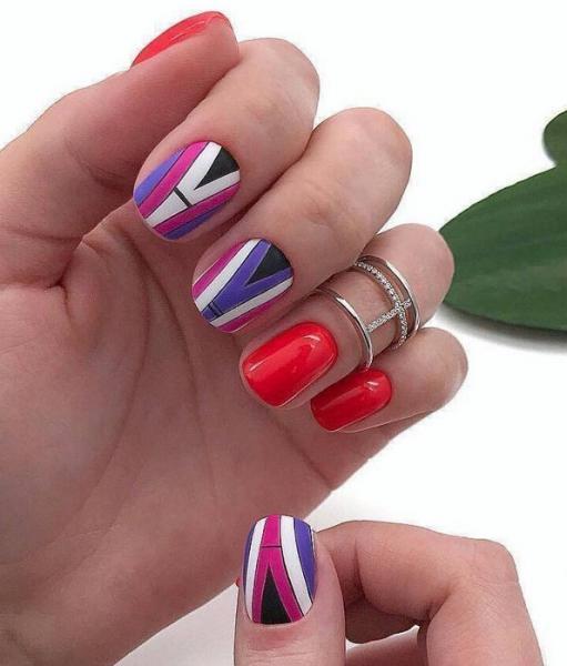 яркая геометрия на ногтях