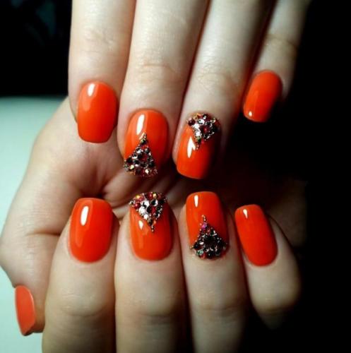 Оранжевые ногти с стразами