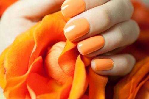 Ногти накрашенные оранжевым лаком