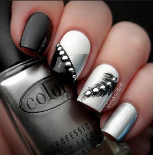 Черно-белый маникюр со стразами