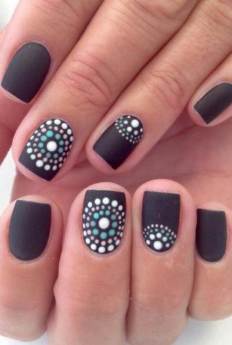 Рисунок на ногтях с белыми точками