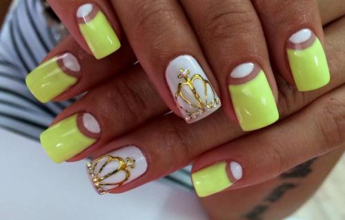 Белый рисунок на желтых ногтях