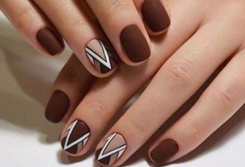 Коричневые ногти с рисунком