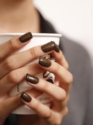 Коричневый дизайн ногтей