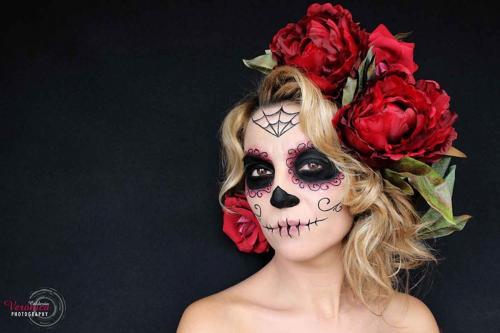 peinado-maquillaje-fantas¡a-caracterizaci¦n-hallooween-ver¦nica-calder¦n-catrina-santa-muerte-flores-rojas